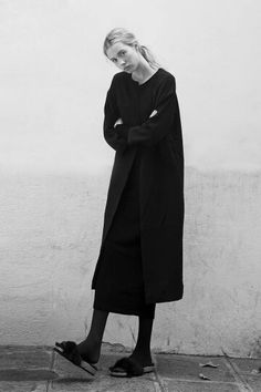 Chic Minimalist Style - understated black outfit, minimal fashion // Ph. Antoine and Charlie