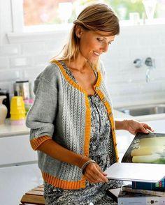 Sæsonens store modefarve grå bliver pludselig festlig, når den kantes med karrygult, som på denne lækre strikkede cardigan.