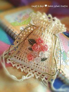 Marvelous Crochet A Shell Stitch Purse Bag Ideas. Wonderful Crochet A Shell Stitch Purse Bag Ideas. Crochet Sachet, Crochet Pouch, Thread Crochet, Crochet Gifts, Cute Crochet, Knit Crochet, Crochet Bags, Crochet Flower Patterns, Crochet Stitches Patterns