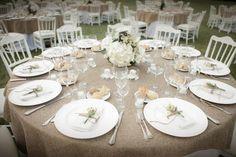 Matrimonio+country+chic+sul+lago - Allestimento+di+matrimonio+per+tavoli+con+tovagliato+di+lino+e+composizione+con+fiori+di+campo+per+segnaposto.