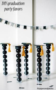 Personalizando unos tubos de ensayo puedes conseguir estos simpáticos regalitos para fiesta de graduacion DIY graduation party favors | NoBiggie.net