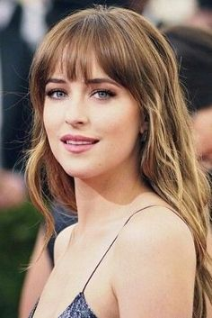 Wispy bangs are one of of our favorite hair trends of the moment. Dakota Johnson wears the look flawlessly on the red carpet! Wispy bangs are one of of our favorite hair trends of the moment. Dakota Johnson wears the look flawlessly on the red carpet! Wispy Bangs, Curly Hair With Bangs, Curly Hair Styles, Hair Bangs, Medium Length Hair Cuts With Bangs, Red Bangs, Front Bangs, Fringe Hairstyles, Hairstyles With Bangs