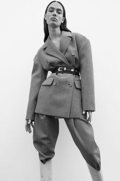 Magda Butrym has quickly developed a signature sculptural fit in her tailored clothes - this double-breasted 'Bursa' blazer being a prime example. Look Fashion, Fashion Models, Fashion Show, Fashion Outfits, Fashion Design, Fashion 2008, Fashion Tips, Vogue Editorial, Editorial Fashion