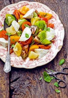 Salade tomate-mozza-basilic Olives, Brin, Mozzarella, Cobb Salad, Salads, Food, Cooking Recipes, Leaves, Oil