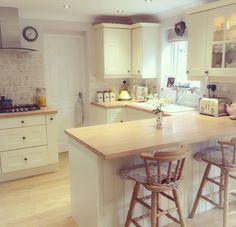 The stools – Kitcapfix Small Kitchen Diner, New Kitchen, Kitchen Dining, Beautiful Kitchen Designs, Beautiful Kitchens, Farmhouse Kitchen Decor, Country Kitchen, Cottage Shabby Chic, Kitchen Fixtures