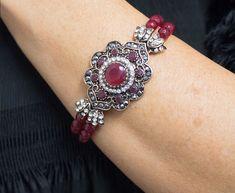 Preciosa pulsera rubíes en forma de flor combinada con plata de ley. Diseño personalizado y exclusivo de Ana Sarria.
