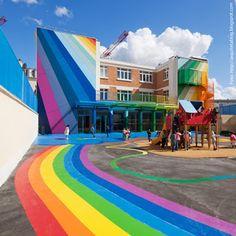 A Escola Maternal Pajol, fica em Paris. O projeto é do escritório Palatre & Lecrère que aproveitou um edifício dos anos 1940 e transformou com cores numa escola divertida e com a cara do mundo infantil.