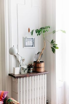 Small Space Solutions: 12 Ideas to Steal From Stylish Studios : Studio and small apartment design ideas and inspirations Small Hallway Table, Small Hallways, Small Apartment Design, Small Apartments, College Apartments, Apartment Layout, Studio Apartments, Apartment Interior, Apartment Living
