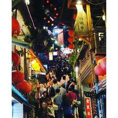 Instagram【weixing1013】さんの写真をピンしています。 《#ファインダー越しの私の世界  #canon #g7x #デジカメで撮るとこうなる  #Digitalcamera #海外旅行 #travel#旅行好きな人と繋がりたい#台湾 #taiwan #九份#千と千尋の神隠し #夜景 #night #日本人だらけ #jiufen》