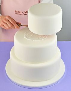 Dream of making your own wedding cake? Or would you like to brush up on your cake decorating skills? Here& a simple and stylish summery wedding cake design by Sandra Monger, plus her step-by-step tips on making a successful wedding cake. Cake Decorating Techniques, Cake Decorating Tutorials, Cookie Decorating, Decorating Ideas, Make Your Own Wedding Cakes, Diy Wedding Cake, Making A Wedding Cake, Wedding Tips, Wedding Cake Assembly