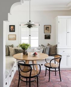 built in seat with a round table Home Design, Design Ideas, Design Design, Design Layouts, Modern Design, Graphic Design, Style At Home, Interiores Art Deco, Sweet Home
