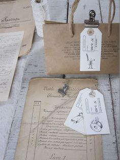 Lot de 6 étiquettes  réalisées dans du papier Vergé ivoire ou dans un kraft recyclé.Elles sont agrémentées d'un lien en lin et d'un oeillet en papier ancien.Article entièrement réalisé à la main.Dimensions :9,5 cm x 4,5 cm