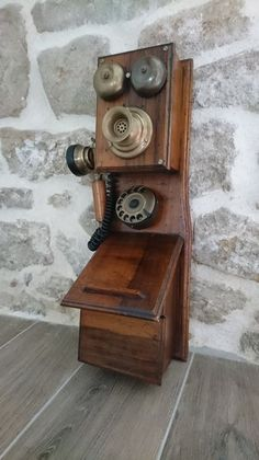 Antique wooden telephon with a fixed microphone, double bell and listener with handle in brass. Good condition. No guarantee on the operation Approximate weight: 3.5 kg Size: 20 x 20 x 60cm