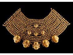 Exceptionnelle parure de shaman guerrier formant collier à quinze rangs. Mochica, 300 - 500 après JC. Elle est composée de perles...