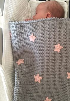 00 Crochet Club: Baby Star Blanket by Kate Eastwood Grey baby blanket with decorative pink stars. I really like how sleek and minimalist this looks. Star Baby Blanket, Free Baby Blanket Patterns, Crochet Blanket Patterns, Baby Blanket Crochet, Baby Patterns, Crochet Ideas, Free Baby Crochet Patterns, Pink Baby Blanket, Crochet Edgings
