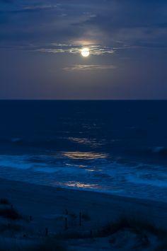 EI - Moonlit Shoreline by Christopher Lane Photography Night Aesthetic, Beach Aesthetic, Nature Aesthetic, Blue Aesthetic, Fred Instagram, Ocean At Night, Beach At Night, Summer Beach, Moon Photography