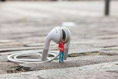 The little people project di Slinkachu, un'idea che a partire dal 2006 ha riscosso notevole successo in tutto il mondo, contagiando una città dopo l'altra. Dietro a tutto questo c'è un artista londinese a cui piace giocare con le proporzioni per stupire i passanti e tutti coloro che si trovano di fronte – ad una mostra, per strada oppure in un parco cittadino – alle sue installazioni