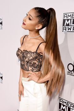 Look Closely at Ariana Grande's Ponytail or You'll Miss This 1 Unexpected Detail Ariana Grande is known for her high ponytails, and at the 2016 American Music Awards, she took the updo to the next level. The pop star rocked an ultra-long Ariana Grande Fotos, Ariana Grande Ponytail, Cabello Ariana Grande, Ariana Grande Hair Color, Long Ponytails, Ponytail Styles, Fast Hairstyles, Ponytail Hairstyles, Updo