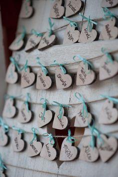 Kreativer Tischplan Photographed by Aurelia Bachmann Ein alter Holzfensterladen, an dem man die Namen der Gäste anbringen kann. See more: https://makeitmatch.wordpress.com/
