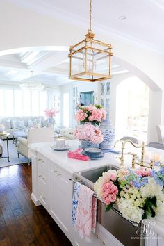 Southern Charm Inspired Spring Home Tour - Randi Garrett Design - - Southern Charm Inspired Spring Home Tour filled with tons of fresh ideas to decorate your home for Spring using ginger jars, peonies and boxwood topiaries. Southern Homes, Southern Charm, Country Homes, Home Improvement Loans, Table Design, Interior Exterior, Interior Livingroom, Interior Modern, Spring Home