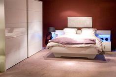 Droom weg met deze boxspring palais hij straalt gewoon slaapcomfort uit klassieke meubelen - Warme kleuren kamer ...