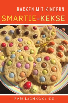 Cookies mit Smarties sind knusprig-weich, mit unserem Rezept schnell gebacken un… Cookies with Smarties are crispy-soft, baked fast with our recipe and easy as pie. The colorful biscuits are great for kids and kid's birthday Smarties Recipes, Smartie Cookies, Cookie Recipes, Snack Recipes, Dirt Cake, Easy Smoothie Recipes, Pumpkin Spice Cupcakes, Cinnamon Cream Cheeses, Cheesecake