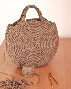 Crochet or crochet round woven bag.-Bolsa tejida en redondo en ganchillo o crochet. Crochet or crochet round woven bag. Crochet Diy, Love Crochet, Crochet Ideas, Simple Crochet, Chunky Crochet, Crochet Round, Crochet Gifts, Crochet Handbags, Crochet Purses