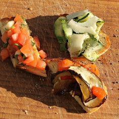 Weekend ☀️bruschetta med courgetter, melon, mynte samt parmesan - bagt aubergine & peberfrugt - tomat, melon samt chili ❤️ god weekend ☀️. Bruschetta with courgettes, melon, mint and parmesan - baked eggplant and pepper - tomato, melon and chili ❤️ enjoy the weekend ☀️ Baked Eggplant, Bruschetta, Avocado Toast, Parmesan, Chili, Food And Drink, Stuffed Peppers, Breakfast, Ethnic Recipes