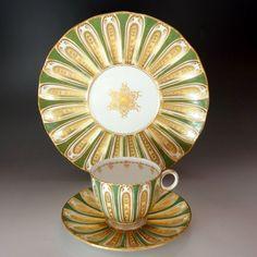美しすぎるトリオのご紹介です。古き英国の名窯、ダヴェンポートから凡そ180年前に製造された、『深緑と金の華』、特別に綺麗で稀なお品物をご覧くださいませ。 ⇩ http://eikokuantiques.com/?pid=90027923 #イギリス #英国 #英国アンティークス #アンティーク #カップ #ダヴェンポート #トリオ