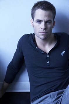 Chris Pine looks absolutely dreamy in this picture. :)