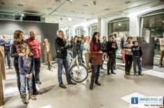 """Zwölf Entsprechungen - Werkschau Martin Breuer Bono im Kunsthaus Graz    Anhand von zwölf Projekten zeigt Martin Breuer Bono, wie es gelingt, eine geeignete, """"entsprechende"""" Beziehung zwischen Objekt und Subjekt, zwischen Produkt und Nutzer zu etablieren. Die Werkschau des Designers beinhaltet Objekte aus den Bereichen Investitionsgüter, Sportartikel, Tafelgeräte und Möbel."""