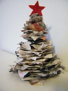 L'albero di Natale creato con la carta riciclata