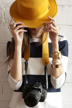 Adô Atelier – Camera bag (FashionCoolture) - Techno World Girl Photography Poses, Photography Camera, Creative Photography, Photographer Branding, Photographer Headshots, Girls With Cameras, Fedora Hat Women, Foto Fashion, Foto Art