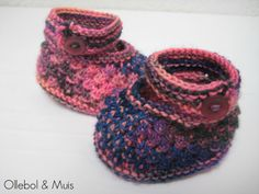 Handknitted Waldorf doll shoes made by Ollebol & Muis