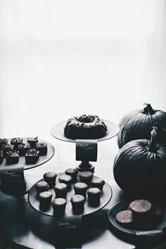 all black dessert table  Photography by rebeccahansenweddings.com, Design   Styling by stylemepretty.com