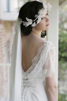 Une coiffure de mariage avec couronne de fleurs blanches