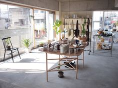 高知県「KIKONI SISKO」おうちにお花を飾るように、毎日の生活にすこし彩りを添えるような雑貨をセレクトしています。 Interior Decorating, Display, Architecture, Room, Shopping, Furniture, Studio, Design, Home Decor