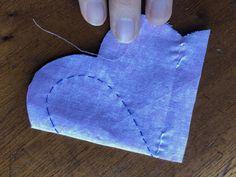 Cómo hacer un corazón de tela | Gineceo Amigurumi Patterns, Crochet Patterns, Xmas Crafts, Diy And Crafts, Fabric Hearts, Fabric Ornaments, Felt Birds, Heart Ornament, Earring Tutorial