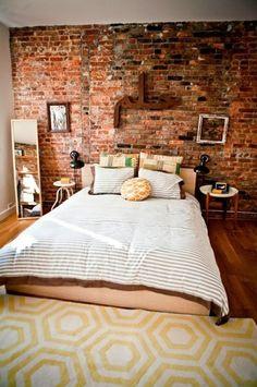 wandgestaltung ideen ziegelwand geometrischer teppich schlafzimmer einrichten industrial designloftgood - Interieur Mit Rustikalen Akzenten Loft Design Bilder
