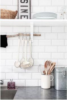 Suspendre des articles de cuisine à une branche glissée sous l'étagère. Une idée déco en vogue. (KJERSTIS lykke)
