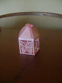 Linda e delicada caixinha lanterna com desenho rendado de borboletas!  Feita com papel color plus cor de rosa, metalizado, 180 g.  Ideal para bem casados, bem vividos, bem nascidos e lembrancinhas em geral.  Fazemos outras cores, consulte-nos! R$ 4,00