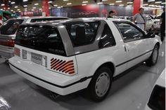 """「日産エクサ・キャノピー」。1986年に「パルサー」が3代目に進化する際に、エクサは独立したモデルとなった。最大の特徴は、カリフォルニアに設立されたNDI(日産デザインインターナショナル)が手がけた""""着せ替えボディー""""。Tバールーフを持つボディーには、ノッチバックのクーペとスポーツワゴン風のキャノピー(写真)があり、リアセクションの入れ替えによりクーペにもキャノピーにもなる。ただし日本では法規上、着せ替えは許されていなかった。"""