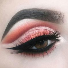 This picture is just GOALS! We are always looking for new eyeshadow looks and tutorials for eye colors. Our calendar will help you stay on top of when the latest makeup eyeshadow palettes are being released! Makeup Eyeshadow Palette, Makeup Dupes, Eyeshadow Looks, Skin Makeup, Beauty Makeup, Eyeliner Makeup, Makeup Art, Makeup Goals, Makeup Inspo