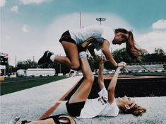 Not my pic. @ the girls in the photo? Photos Bff, Cute Photos, Bff Pics, Cute Friends, Best Friends, Cute Friend Poses, Photo Adolescent, Best Friend Fotos, Best Friend Photography