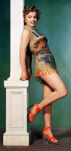 """КАРТОФЕЛЬНЫЕ МЕШКИ - инструмент маркетинга МОДНОЙ ИНДУСТРИИ.  Во времена великой депрессии детям часто доставалась одежда сшитая из картофельных мешков. Явление было настолько массовым, что многие фермеры решили упаковывать свой урожай в мешки из ткани с рисунком, чтобы получить конкурентное преимущество перед """"коллегами"""". А в 1951 году картофельный мешок, мода и маркетинг снова переплетаются. Знаменитая Мерлин Монро снимается для фермерской рекламной кампании #keentukey"""
