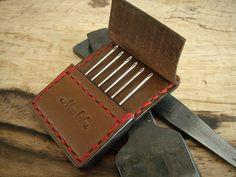 手縫い針6本用 Leather Gifts, Leather Bags Handmade, Leather Pouch, Leather Tooling, Leather Craft Tools, Leather Projects, Sewing Leather, Leather Pattern, Leather Bag Design