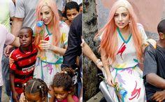 """Hospedada em Ipanema, Lady Gaga já jogou flores para os fãs, deu comida para eles e até visitou o morro do Cantagalo, em Copacabana, onde visitou o Espaço Criança Esperança.  Lady Gaga se apresenta nesta sexta (9), no Rio de Janeiro; domingo (11), em São Paulo; e finaliza a passagem da """"The Born This Way Ball Tour"""" na terça-feira (13), em Porto Alegre."""