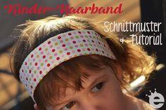 Hier ist wie angekündigt das Schnittmuster für dasMädchen-Haarband von gestern, für euch zum Nachnähen!  Ich hatte mir ja zuerst hier einen Schnitt für ein Erwachsenen-Haarband heruntergeladen und proportional auf ca. 50-52cm KU verkleinert. Das Ergebnis fand ich aber immer noch viel zu groß und auch zu breit. Das passt vielleicht mir selber, aber nicht meinem Kind:  Außerdem war mir da zuviel Gekräusel im Nacken:  Nee, das muss irgendwie anders. Außerdem leiert es aus Jersey (trotz…