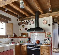 Cozinhas Rústicas: 73 Decorações Lindas e Criativas Kitchen Cabinets, Table, Furniture, Home Decor, Small Rustic Kitchens, Rustic Modern, Hanging Pans, Home Alone, Diy Wood Shelves