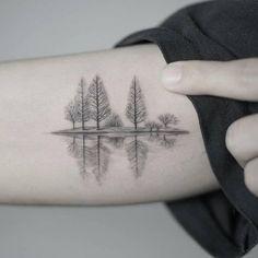 Bosque reflejado en un lago